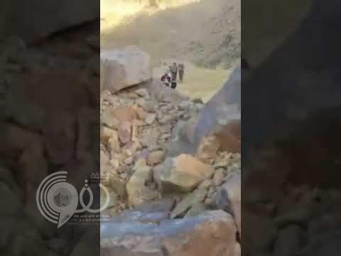 """شاهد.. مقطع فيديو يوثق إنقاذ مواطنين فوق جبل وعر بالمدينة عبر """"هليكوبتر"""""""