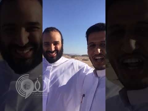 """بالفيديو.. ولي العهد يتناول """"الجمرية"""" مع مواطنين في نيوم"""