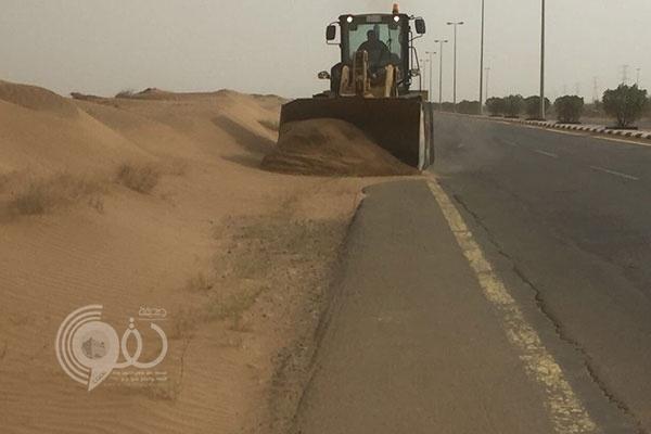 أمانة جازان تعيد فتح الطرق بعد تضررها من آثار الرياح