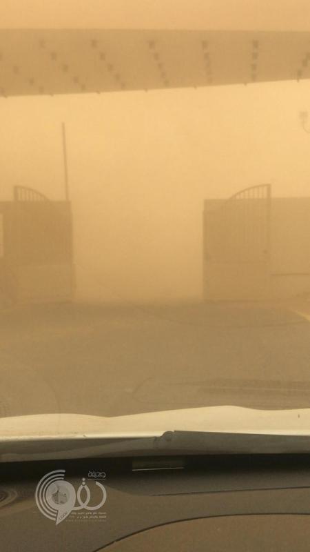 شاهد موجة غبار ورياح تضرب جازان وتعيق الرؤية على الطرق.. فيديو وصور