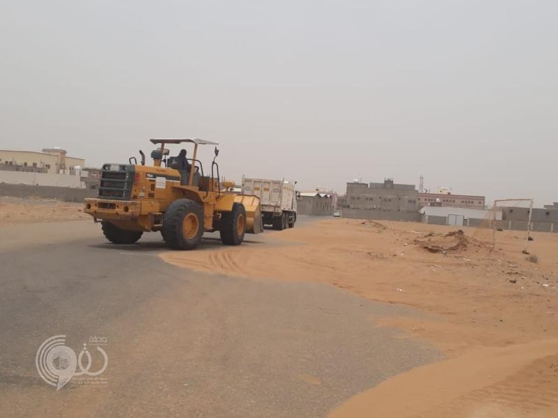 بلدية صامطة تستنفر طاقاتها لمعالجة أضرار موجة الغبار.. صور