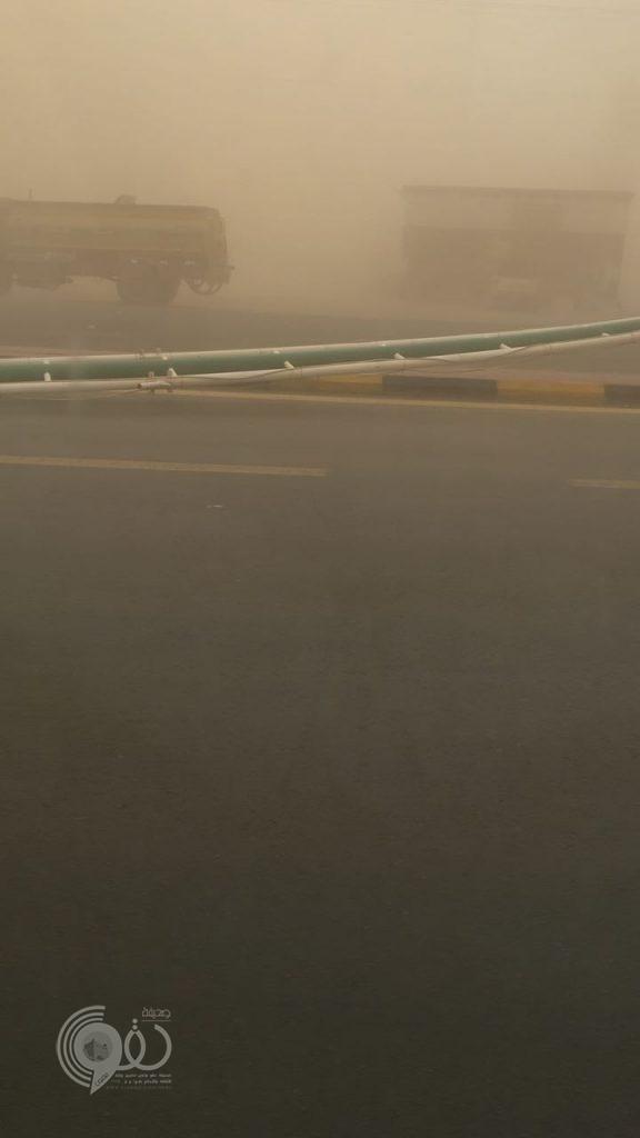 موجة غبار كثيف يحجب الرؤية على الطرق الرئيسية والدفاع المدني يُحذر