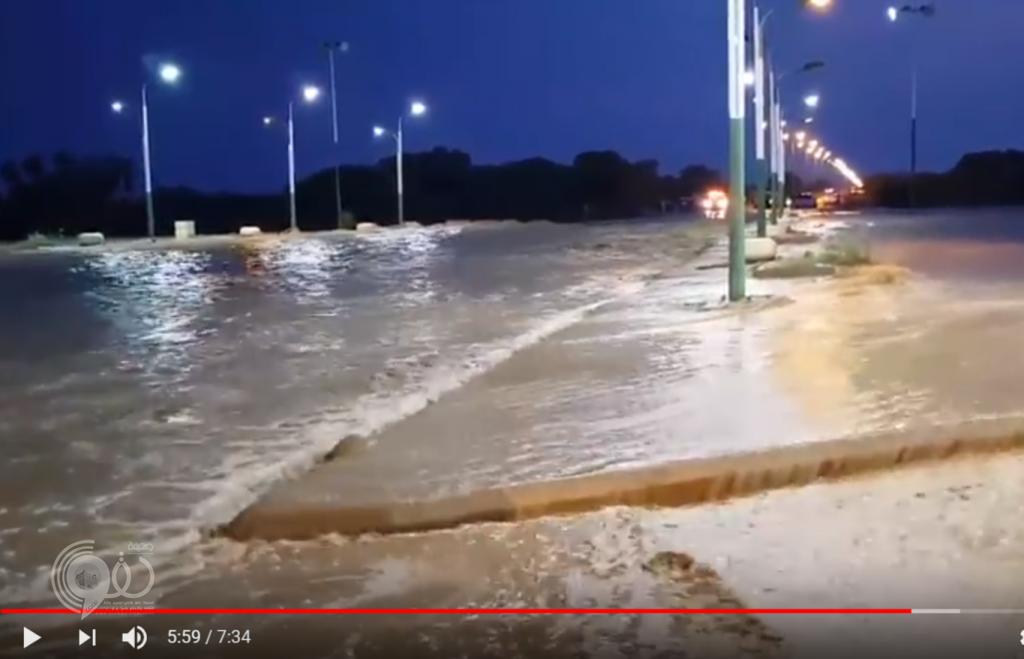 مواطن يوثّق بالفيديو أمطار الخميس على مركز الحقو والصواعق الرعدية القوية