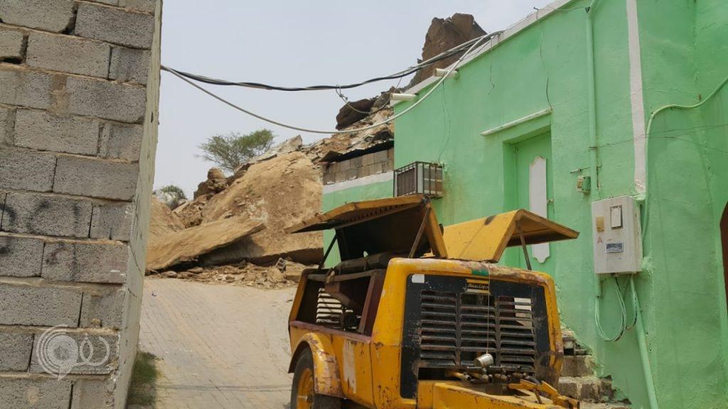 """بإشراف """"مدني بيش"""" بلدية الحقو تبدأ بازالة الصخور المهددة للأهالي.. صور"""