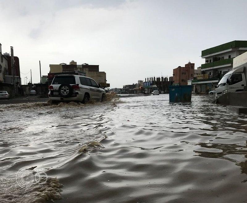 """شاهد.. الأمطار تُغرق شوارع """"أحد المسارحة"""" وتكشف ضعف البنية التحتية"""