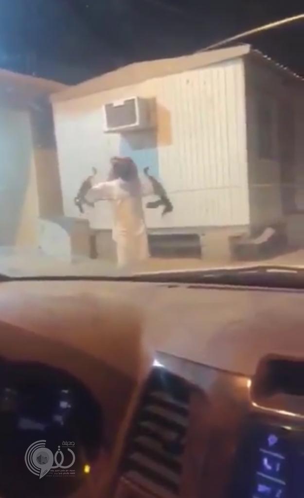 النائب العام يوجِّه بالقبض على شاب هدَّد بقتل مواطنين