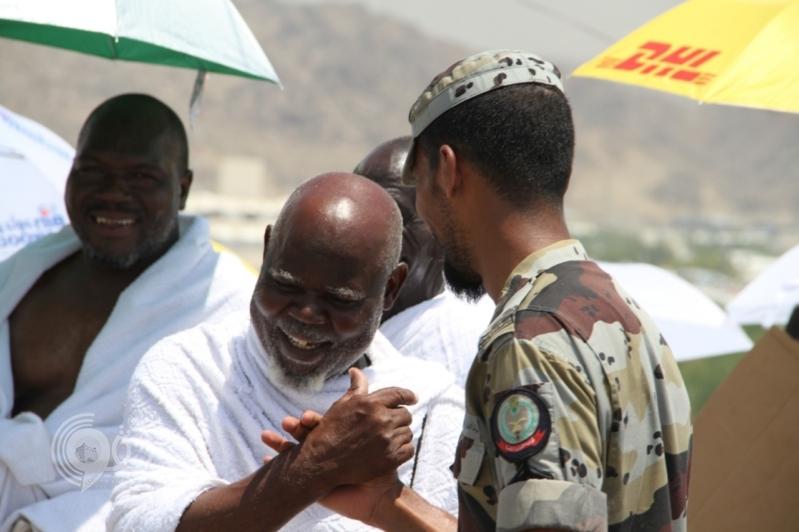 حوار طريف بين رجل أمن وحاج إفريقي.. طلب غير متوقع.. صور