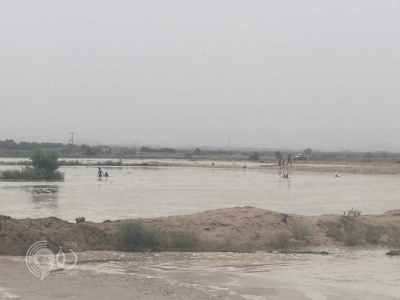 شاهد.. أطفال يسبحون في مجرى سيل وادي ضمد بجازان !!