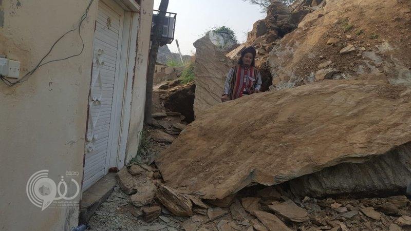 مركز الحقو: نجاة مواطنين من كارثة محققة بعد سقوط صخرة كبيرة على فناء منزلهم.. صور