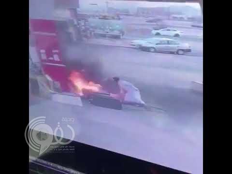 """شاهد بالفيديو.. قائد """"لاند كروزر"""" متهور يشعل النار في محطة وقود بنجران"""