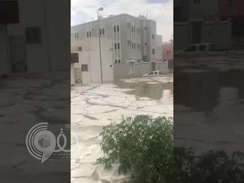 بالفيديو والصور.. السيول تحاصر منازل حي الرصراص بالخميس .. والمراكب لإنقاذ السكان