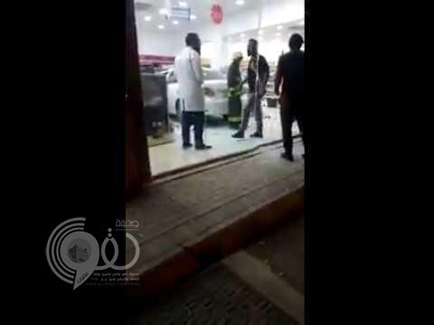 شاهد بالفيديو.. سيدة تقتحم صيدلية بسيارتها في المجمعة