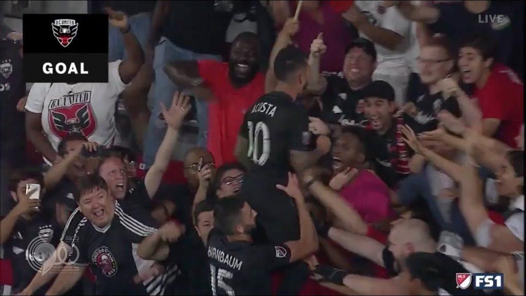 """لقطة خيالية لـ """"روني"""" في اللحظات الأخيرة: ينقذ فريقه من هدف ويساهم فوراً في إحراز آخر"""