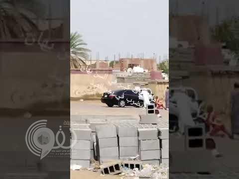 شاهد بالفيديو.. مواطن يعتدي بالضرب على عامل نظافة بلا رحمة بجازان