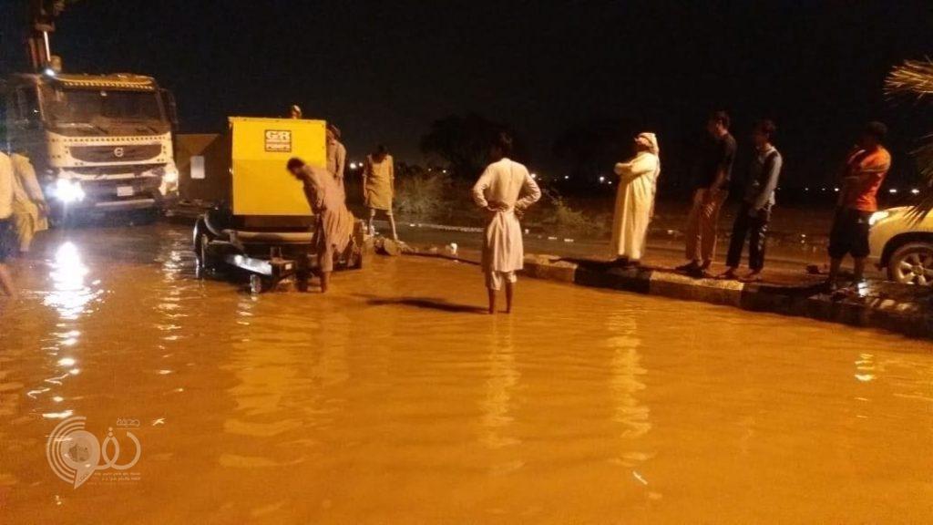 """شاهد بالصور """"بلدية الحقو"""" تنزح مياه الامطار من جميع المواقع"""