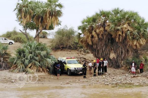 """""""مدني جازان"""" ينقذ 11 امرأةً وطفلًا احتجزتهم سيول وادي دامس"""