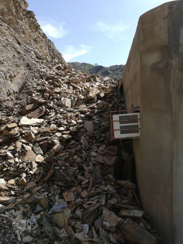 انهيار صخري بجبل بمحافظة الريث يدفع عائلة لمغادرة منزلهم.. صور