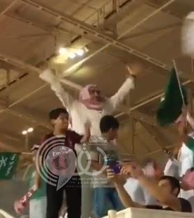 """فيديو لرئيس الوحدة ونائبه يحتفلان مع الجماهير.. وآل الشيخ يعلق: """"وش أسوي في هالرئيس ونائبه"""""""