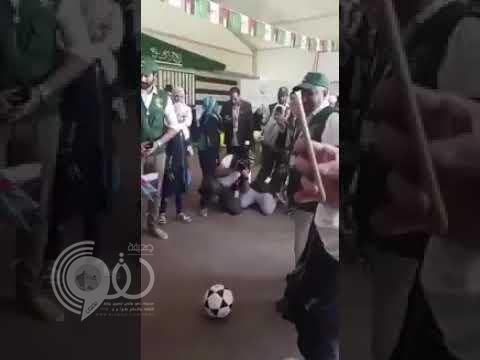 """شاهد.. ماجد عبدالله يتحول إلى """"حارس مرمى"""" خلال زيارته لمخيم الزعتري بالأردن"""