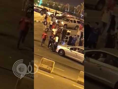 شاهد بالفيديو: تحرش و تجمهر ينتهيان بمضاربة فتيات و شباب بمتنزه بمحايل