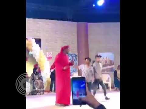 شاهد: امرأة منقبة تقفز على الفنان عبد الله بالخير فوق خشبة المسرح وأمام الجمهور!