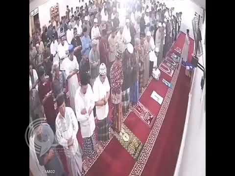 شاهد.. ردة فعل المصلين بعدما هز زلزال الأرض تحت أقدامهم في مسجد بإندونيسيا!