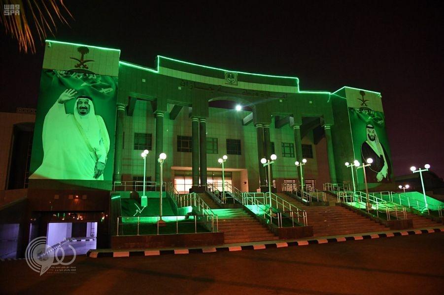 شاهد مقر إمارة جازان يتزين بصور خادم الحرمين احتفالًا بذكرى اليوم الوطني