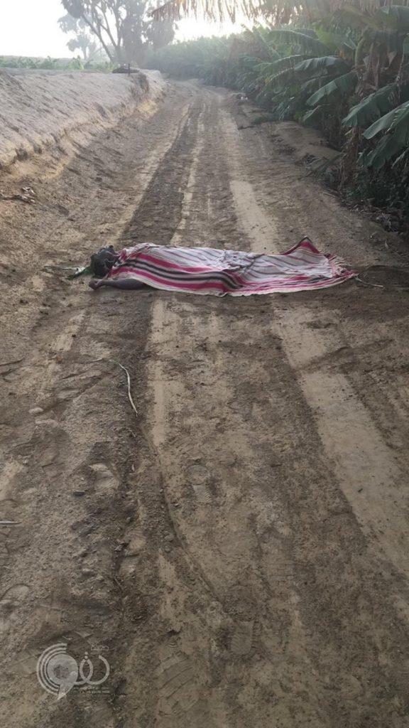 """للمرة الثالثة.. جثة مغطاة لإفريقي على قارعة الطريق في """"بيش"""" والشرطة تحقق"""