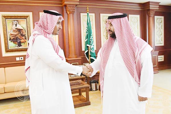 """نائب أمير جازان يكرم """"الجابري"""" مُنقذ الصبي من سيول العارضة.. صور"""