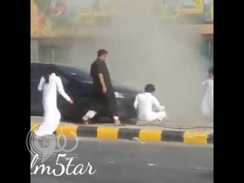 شاهد .. حادث دهس جماعي لعدد من المتجمهرين بشارع عام بالرياض بسبب التفحيط