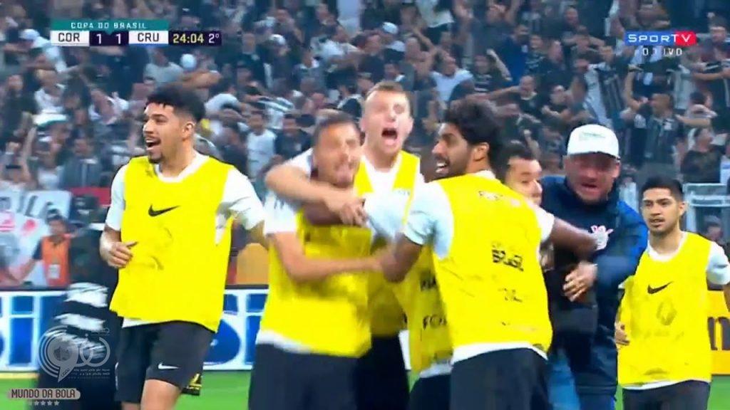 """بالفيديو.. حكم يرتكب """"إثما"""" بحق كرة القدم!"""