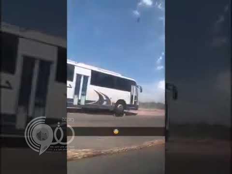شاهد بالفيديو.. قائد حافلة مدرسية متهور يعرض حياة طلاب للخطر في جازان