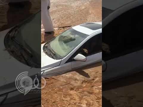 مشهد صادم.. بالفيديو: الوحل يبتلع سيارة غامر قائدها بعبور سيل جارف.. وهذا ما حدث له!