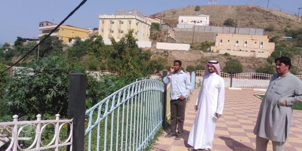 شاهد بالصور رئيس بلدية الريث يتفقد مشروع الجدار الاستنادي بالمحافظة