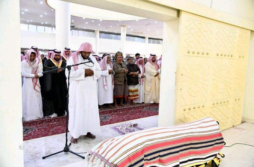 """نائب أمير جازان يؤدي صلاة الميت على """"الجابري"""" شهيد الوطن.. صور"""