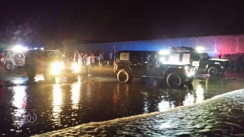 بالفيديو والصور.. إنقاذ 4 سيارات عالقين بالرمال وانتشال غريق ببحر الشقيق بجازان