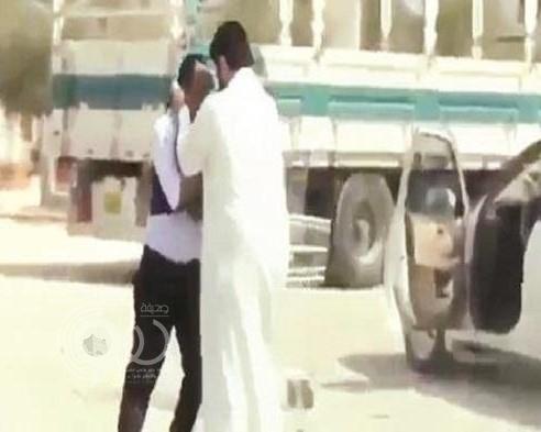 فيديو لمشاجرة يورط سعودي في الكويت .. والجهات الأمنية تأمر بالقبض عليه