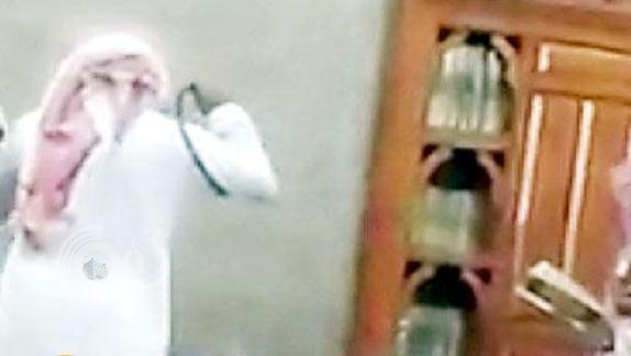 ولي أمر طالب يعتدي على معلم بالضرب داخل مدرسة بجدة !