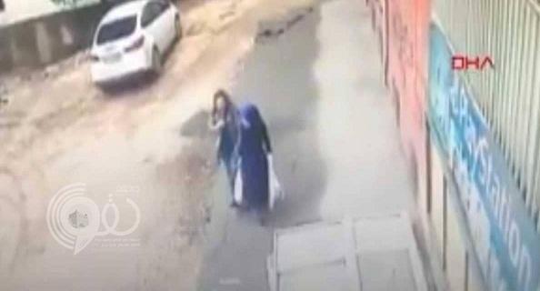 في مشهد مرعب.. بالفيديو: الأرض تبتلع سيدتين في تركيا .. وهذا ما حدث لهن!