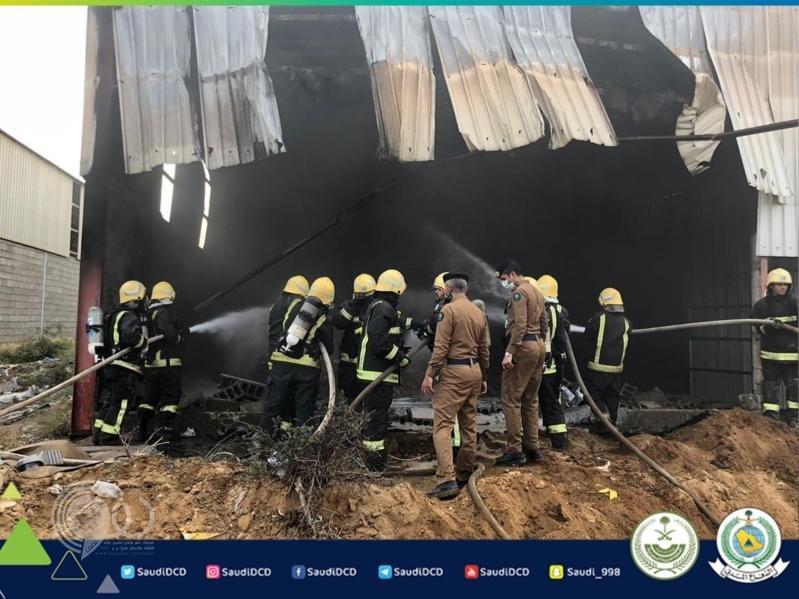 إصابة 2 من المدني في حريق مستودع كفرات بصناعية جازان