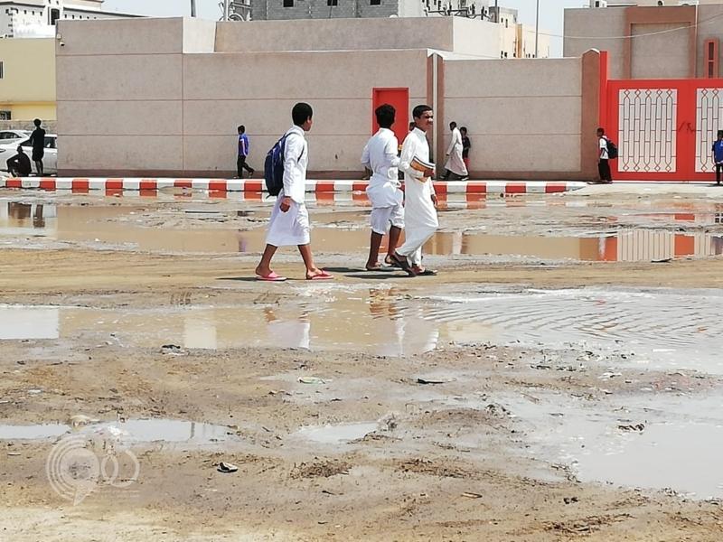 شاهد.. مياه ضحلة تعيق الحركة وتحاصر الطلاب في جازان
