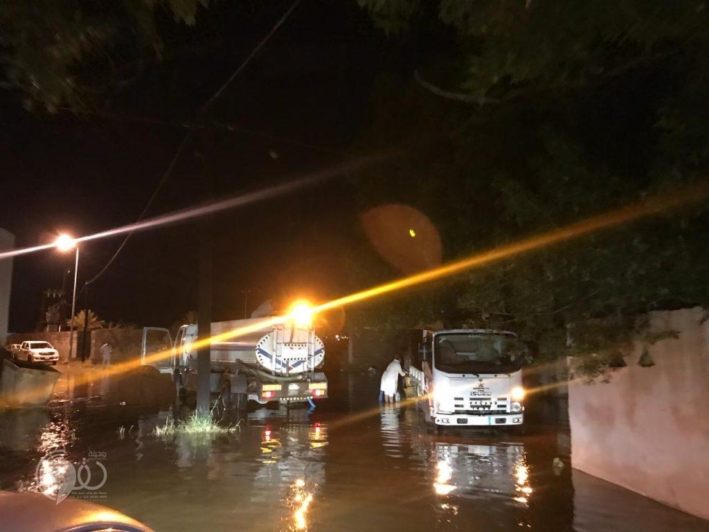 """شاهد بالصور """"بلدية الحقو"""" تَنزح مياه الأمطار داخل الأحياء والقرى"""