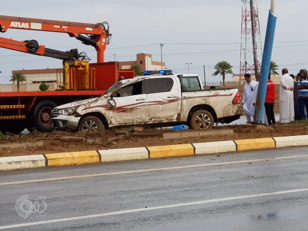 """عاجل .. الجهات الأمنية بمركز الحقو تُباشر حادث إنقلاب مركبة على طريق """"الحقو – الريث"""" – صور"""