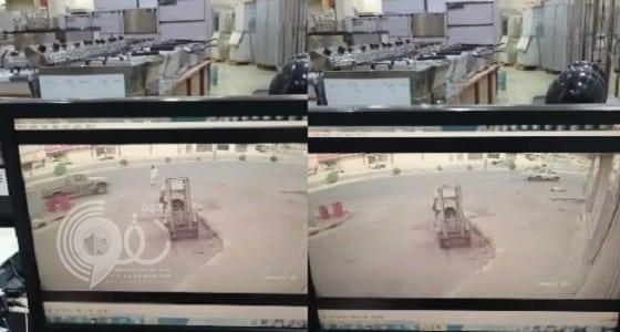 شاهد بالفيديو: لحظات مروعة لدهس رجل في جنوب بريدة