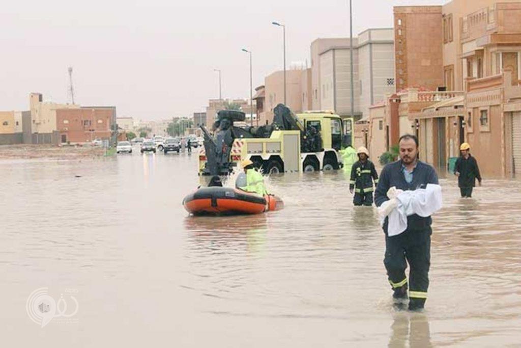 شاهد.. شبان ينقذون مسناً من الغرق في عنيزة والدفاع المدني ينتشل الأهالي بالقوارب