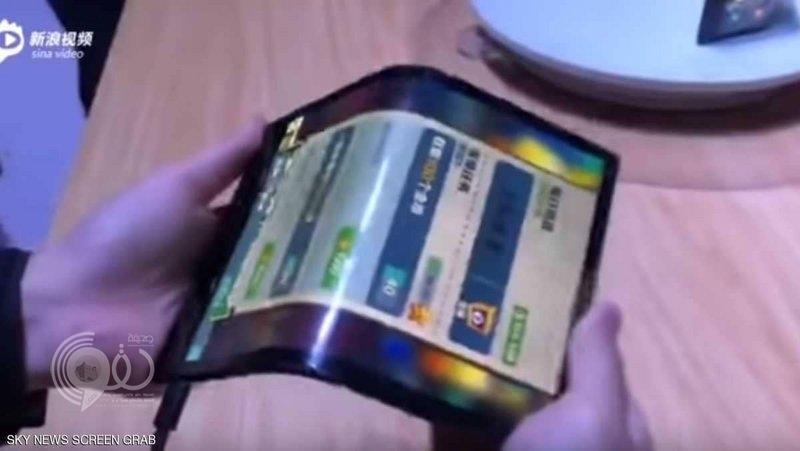 أول هاتف قابل للطيّ في العالم يحرج هواوي وسامسونج وأبل
