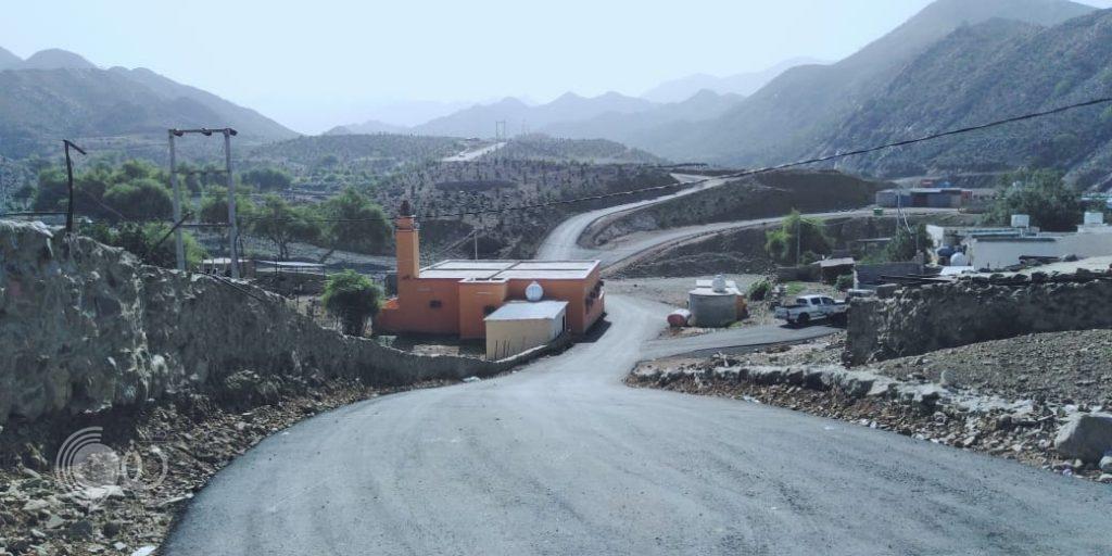 بلدية الريث تشرع في سفلتة عدد من قرى وشوارع المحافظة.. صور