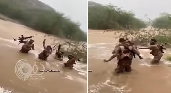 شاهد مقطع فيديو لحظة تقدم جنود سعوديين وسط السيول داخل معقل الحوثيين في صعدة