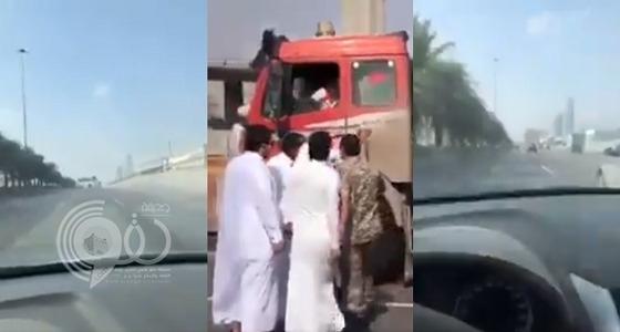 """بالفيديو.. مطاردة سائق وايت شفط """"سكران"""" وإيقافه بالقوة لاصطدامه بعدة مركبات بالرياض"""