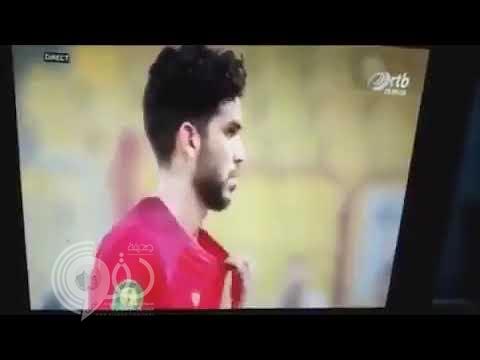 """شاهد .. الكاميرات تفضح محترف """"الأهلي"""" المصري يمزق قمصيه لخداع الحكم"""
